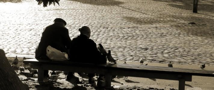 Äldre par på en bänk