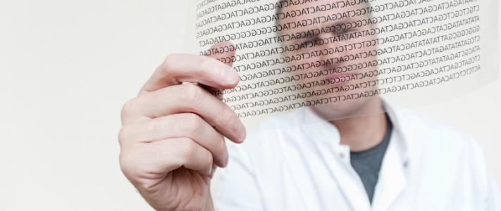 Man som tittar DNA-kod