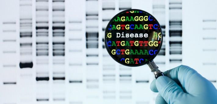Förstoringsglas framför informationsbild av DNA-analys