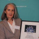 Marie Chenik håller i sitt diplom för etikpriset.